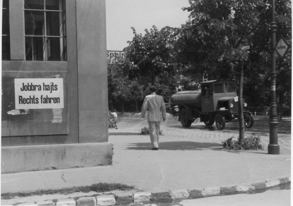 d8224ecfcb75 A Star-garage sarok. 1941-ben a jobbra hajts bevezetésekor még forgalomban  volt az első locsolókocsi. (Fotó: Nagy István)