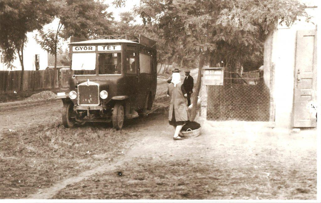 d4dcaee2bc05 A Győr – Tét autóbuszjárat társasgépkocsija, '30-as évek eleje. (Fénykép  Komondi Miklós gyűjteményéből)