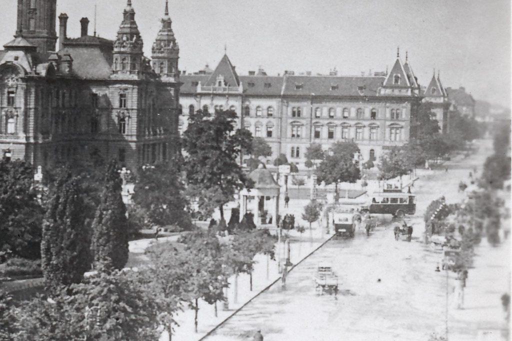 b961678ac0f6 Városháza előtt, érkező – induló buszok 1930 körül ( a képet Szabó János  küldte)