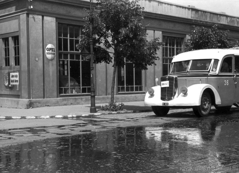 d27a9110f4a8 Rába autóbusz a Star-garage előtt a Szent István úton 1941-ben (Fotó: Nagy  István /magyarjarmu.hu)